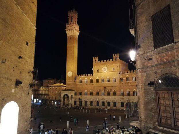 01 La torre del Mangia in Piazza del Campo a Siena