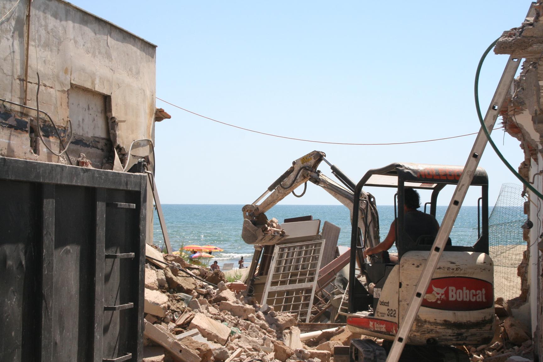 ancora una casa abusiva demolita sul lungomare