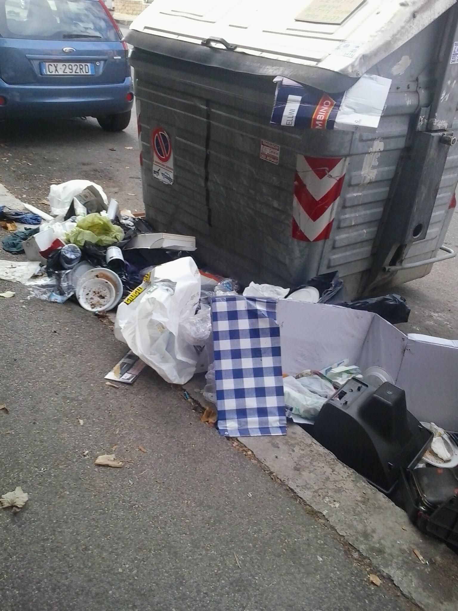 Le foto del giorno rifiuti di fronte all 39 ufficio ambiente for Ufficio decoro urbano roma