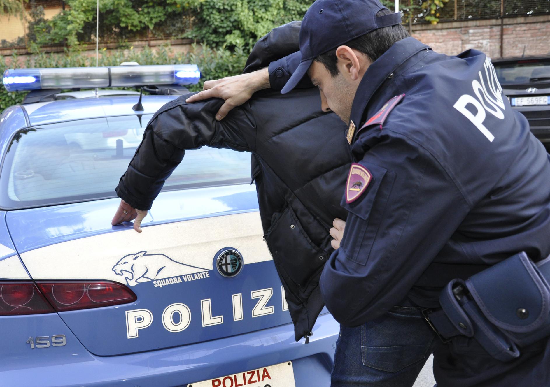 Roma: tenta di violentare una turista nel parco di Colle Oppio, arrestato
