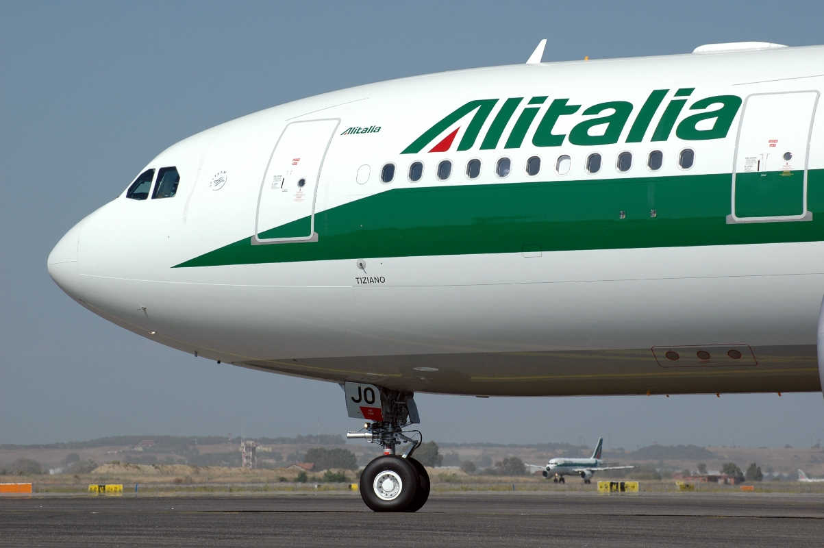 Fiumicino, rallentamenti e disagi all'aeroporto i terminali Alitalia non funzionavano