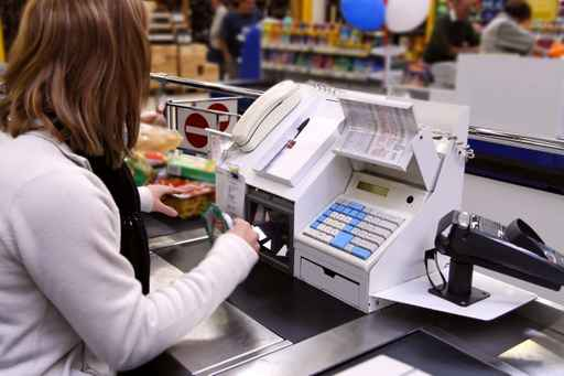 cassiera usa bancomat cliente