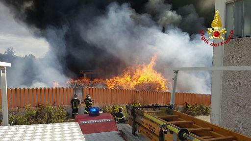 Roma, a fuoco deposito di rifiuti industriali: si alza enorme nube nera