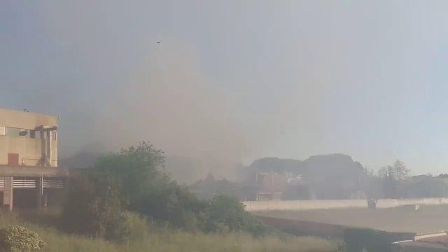 Incendio in deposito sulla Pontina, si teme per nube tossica