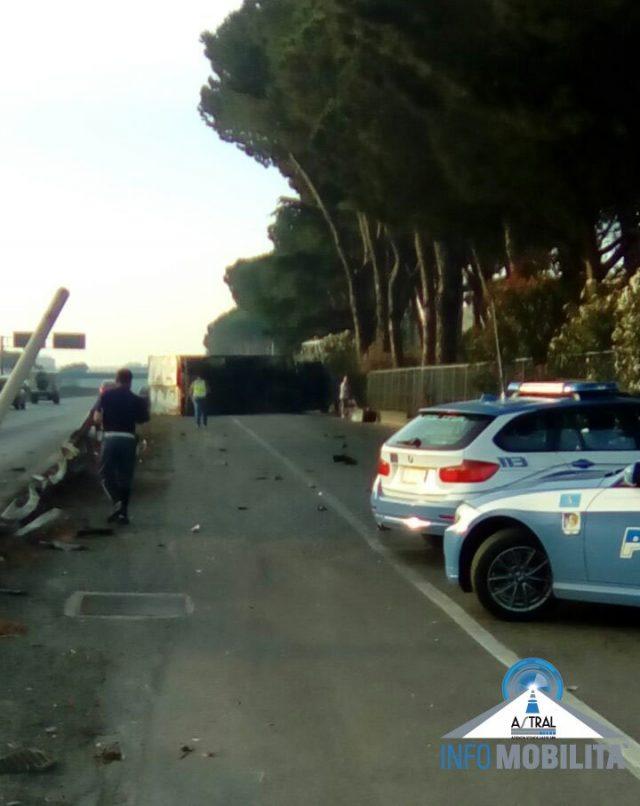Incidente autonomo sulla Pontina: camion esce fuori strada e si ribalta