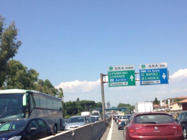 Schianto sulla Pontina: new jersey danneggiato e strada chiusa. Traffico in tilt