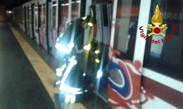 Roma, cade sui binari della metro A. Interrotta la tratta Termini-Ottaviano