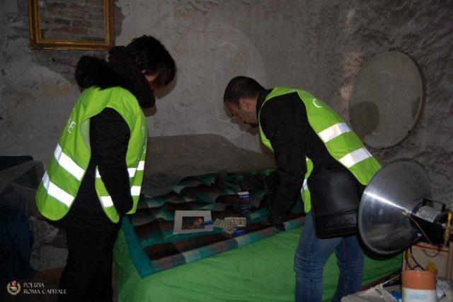 Lupanare nascosto nella cisterna romana: preservativi e un letto tra le anfore