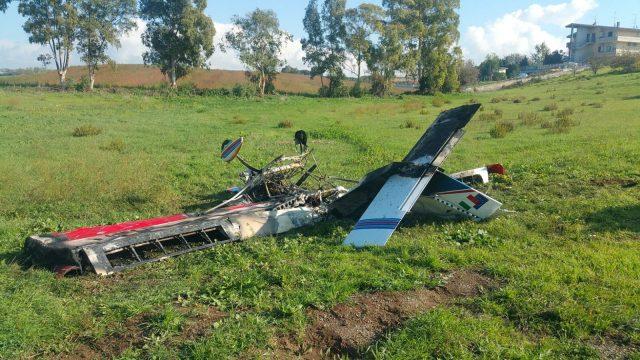 Aereo ultraleggero precipita e prende fuoco: il pilota muore sul colpo