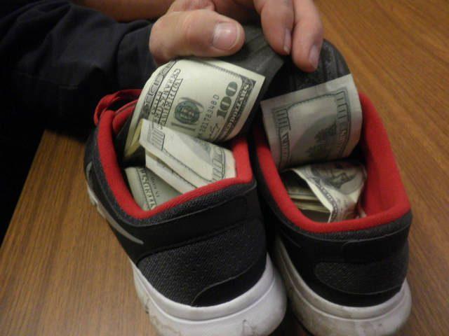 Scarpe come 39 cassaforte 39 per nascondere soldi e droga arrestata coppia di spacciatori - Nascondere soldi in casa ...