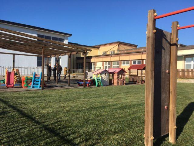 Eccezionale Focene, scuola materna: nuovo giardino con giochi per i bambini MP49