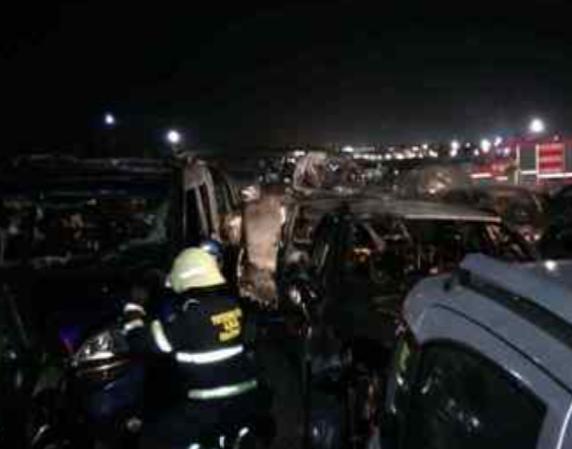 Fiumicino, incendio in un parcheggio sulla Portuense: danneggiate 13 auto