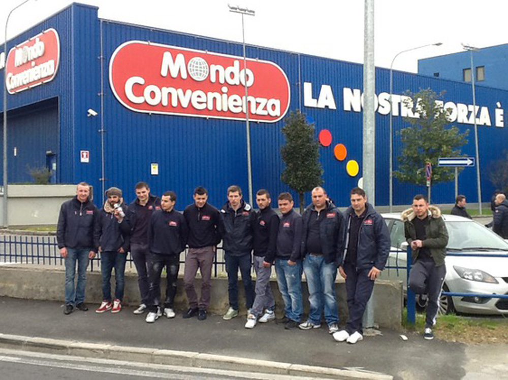 Pomezia mondo convenienza sit in di protesta dei lavoratori for Nettuno mondo convenienza