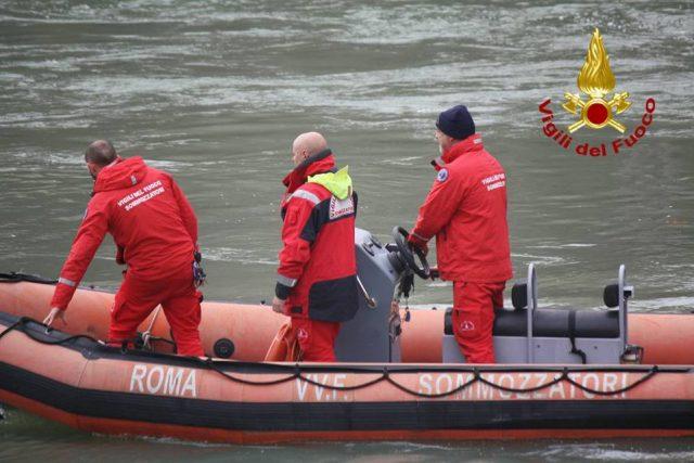 Roma, sommozzatori vigili del fuoco recuperano corpo nell'Aniene