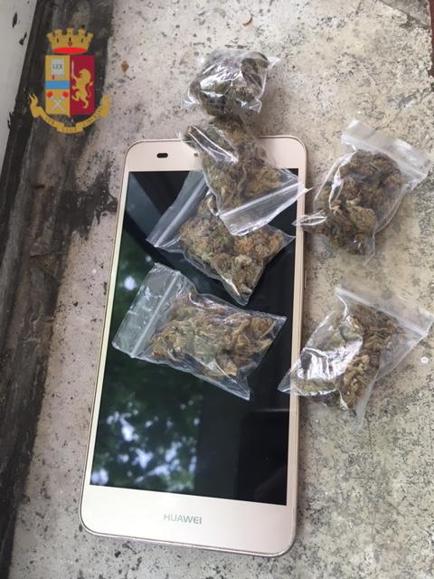 Lo smartphone e le dosi di droga trovate dalla Polizia
