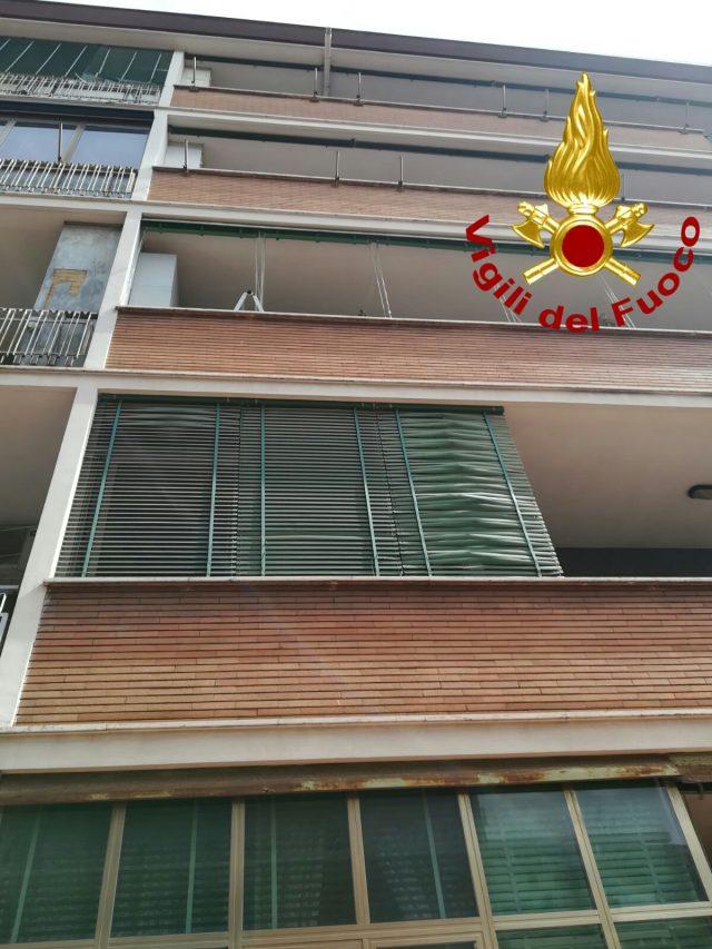 Cade dal 5 piano mentre pulisce la veranda gravissima 70enne for Piani tetto veranda protette