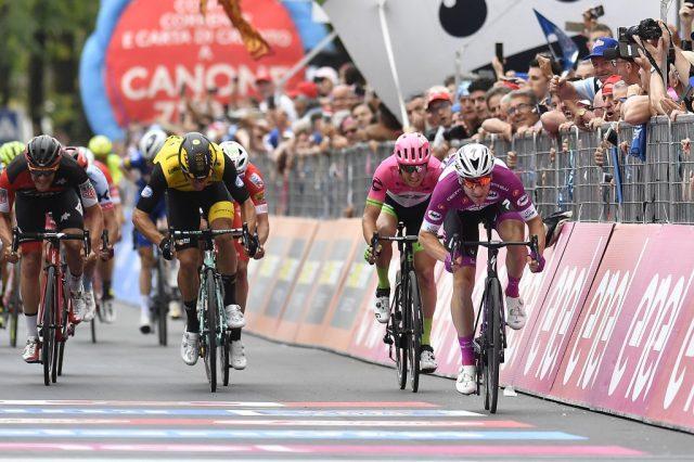 Vergogna No Tav al Giro d'Italia: olio e vetri sparsi per strada