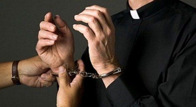 Finto prete nascondeva tre chili di eroina: arrestato all'aeroporto