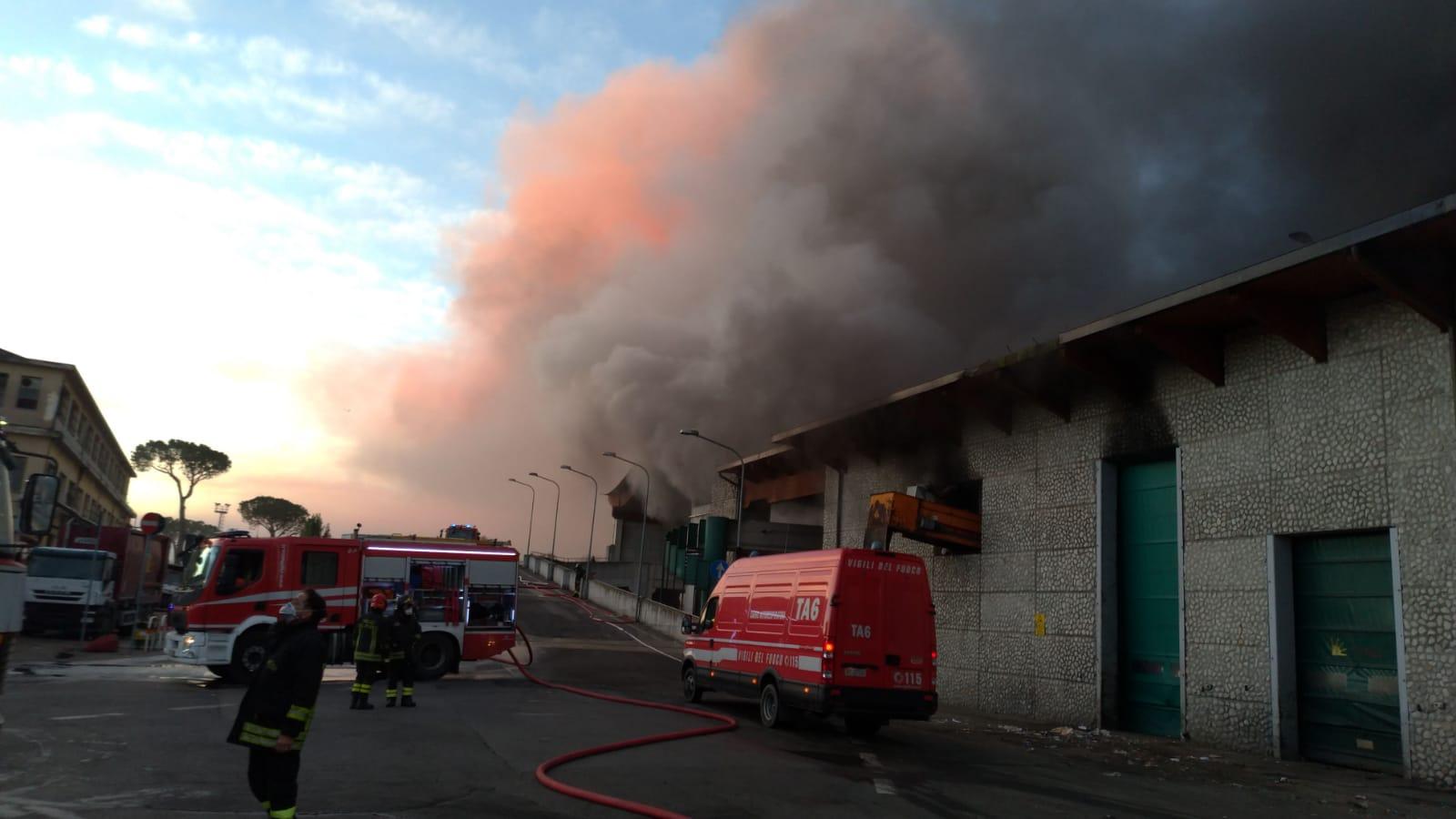 Roma devastante incendio all 39 impianto tmb salario tenere - Pizzeria le finestre roma ...