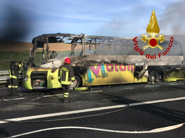 bus in fiamme sull'a1 roma firenze