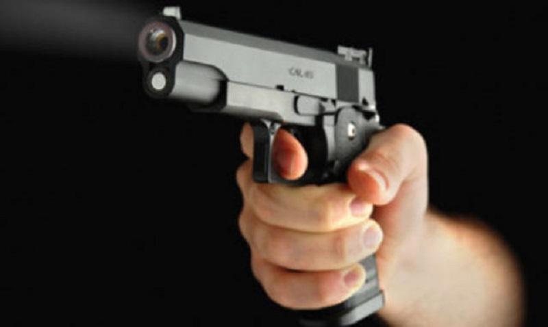 Roma, prima minaccia la moglie e poi punta la pistola contro i Carabinieri