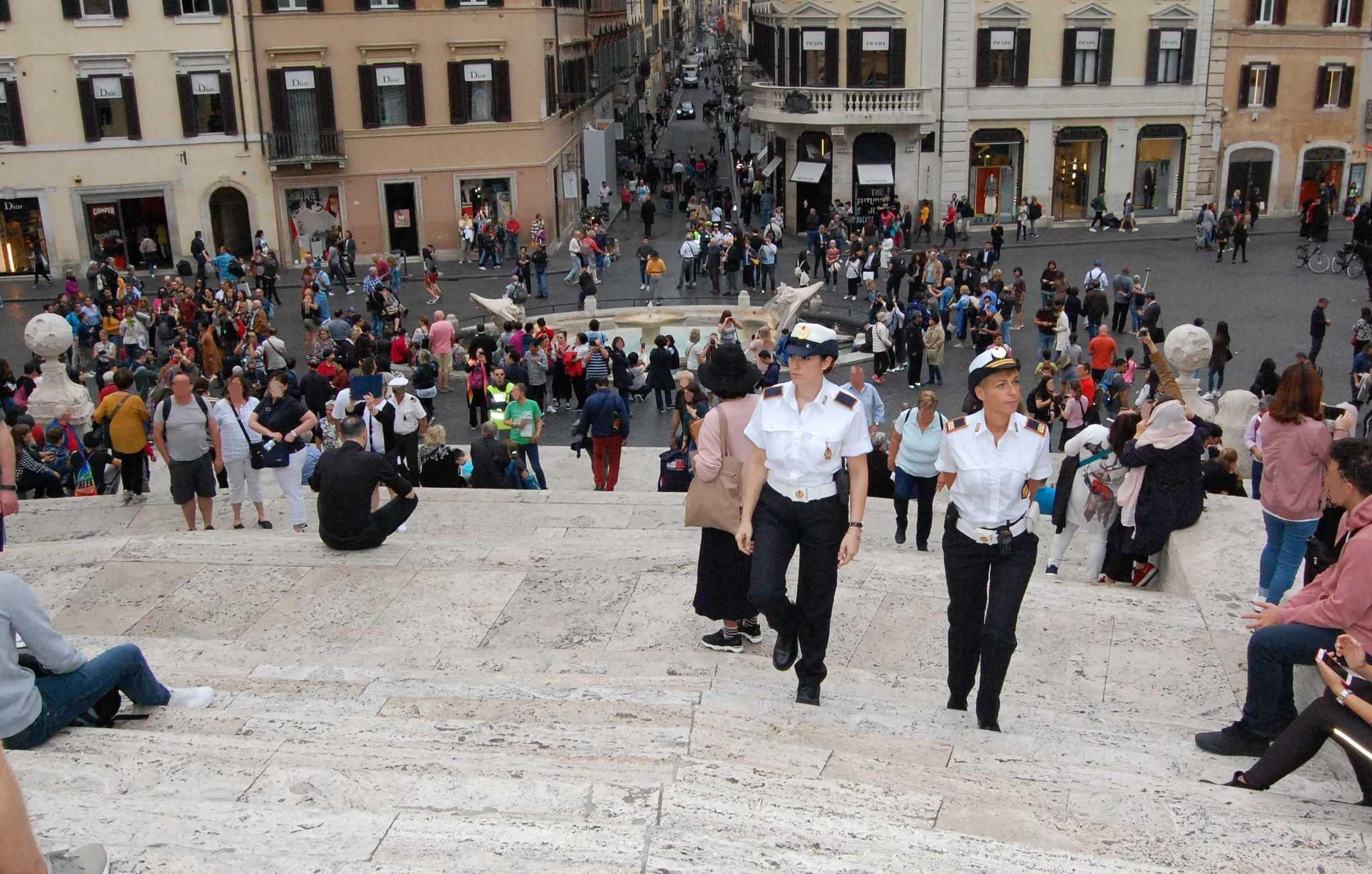 Troppo caldo a roma turisti si fanno il bagno nelle for Bagno caldo durante il ciclo