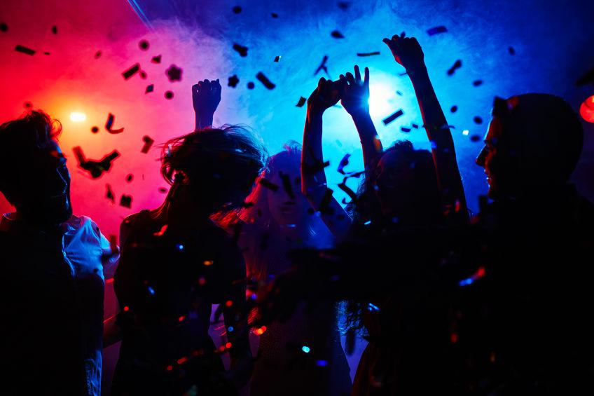 Nuove riaperture, quando aprono le discoteche e quando togliamo le mascherine: le possibili date