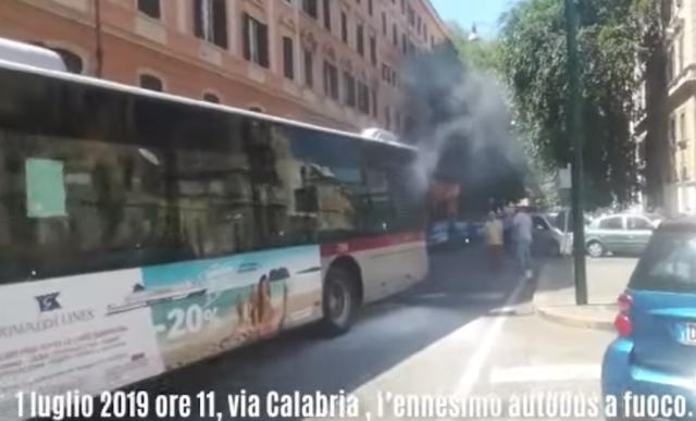 Roma, ancora un bus Atac in fiamme: è il 13° dall'inizio dell'anno