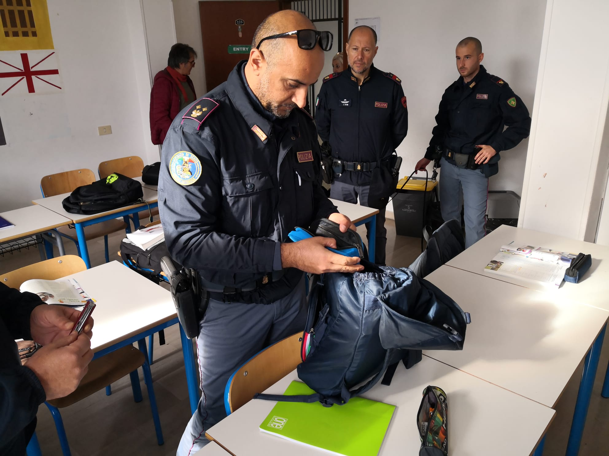 Anzio: gli alunni escono per l'esercitazione antincendio, la polizia entra e trova la droga - Il Corriere della Città