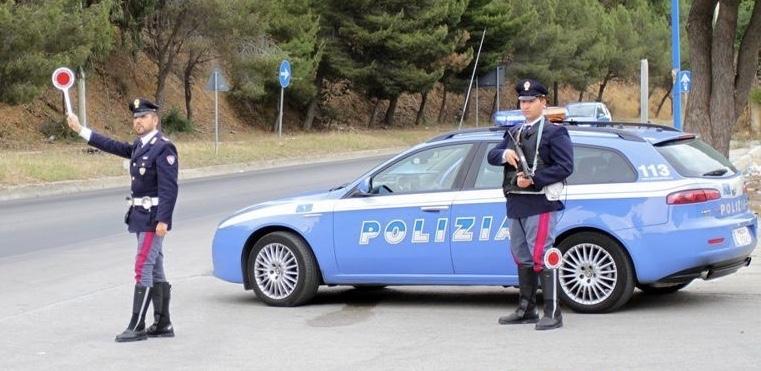 Follia sulla Pontina, guida con patente revocata, non si ferma all'alt e scatta l'inseguimento