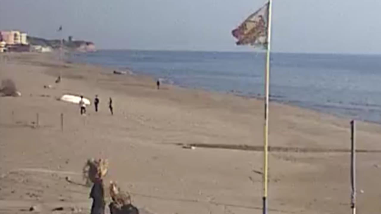 Chi vive vicino al mare può passeggiare in spiaggia o fare il bagno