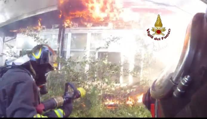 Tuscolana, incendio in un accampamento nei pressi della staz