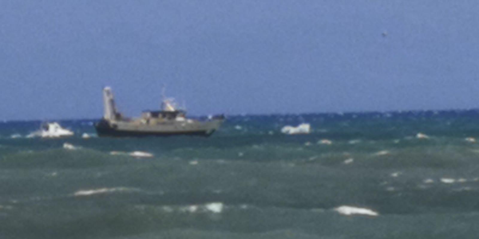 Anzio, peschereccio si ribalta per il mare mosso e affonda: