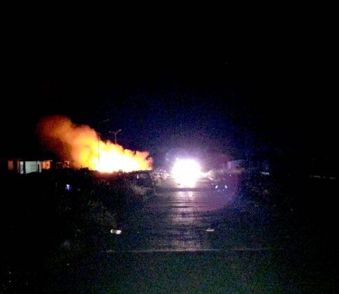 Castel Romano, nuovo incendio al campo rom: a fuoco tonnella