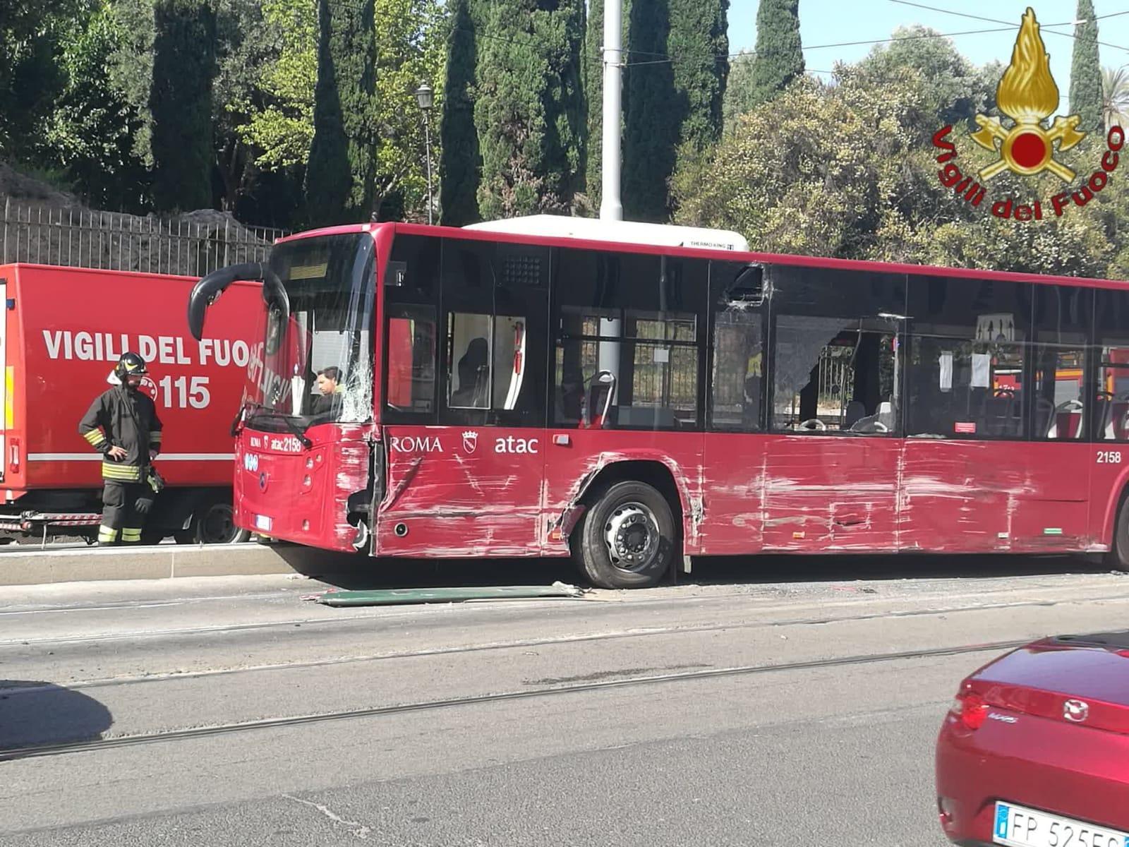Roma, violento scontro tra auto, tram e bus Atac: ferito l'a