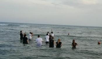 Nettuno, il battessimo in sicurezza dei Testimoni di Geova: rito per i nuovi credenti celebrato in spiaggia a Cretarossa