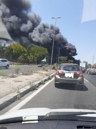 Roma, grosso incendio al Foro Italico: fiamme all'interno di un autodemolitore, una densa colonna di fumo tossico ricopre l'intera zona (FOTO)