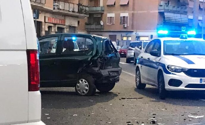 """Roma, fa """"strike"""" con l'auto, maxi incidente al Collatino con 6 auto coinvolte: giovane alla guida sottoposto ad alcol e drug test"""