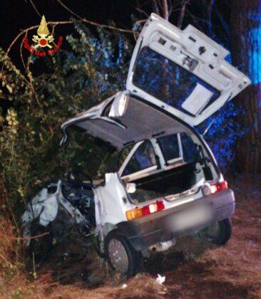 Grave incidente a Cisterna, due auto semi distrutte: servono i Vigili del Fuoco per estrarre una delle persone coinvolte (FOTO)