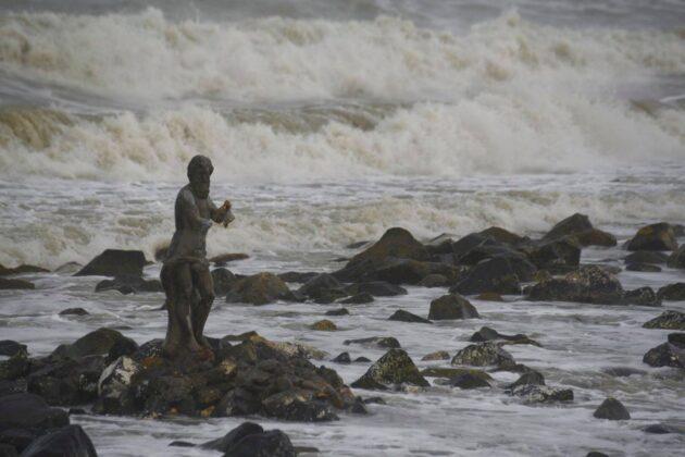 Ostia, la statua di Nettuno perde il Tridente durante la mareggiata notturna