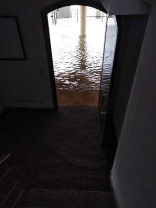 Bomba d'acqua su Nettuno: auto sommerse e strade allagate (FOTO e VIDEO)