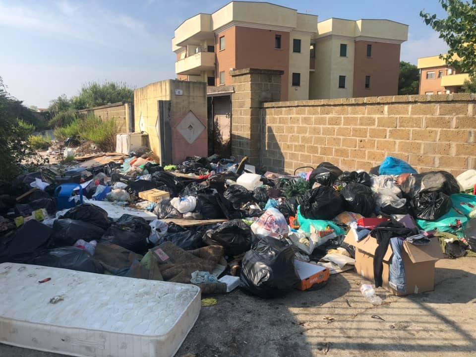 FOTO DEL GIORNO – Nettuno, cittadini esasperati dal degrado: rifiuti, topi e aria irrespirabile