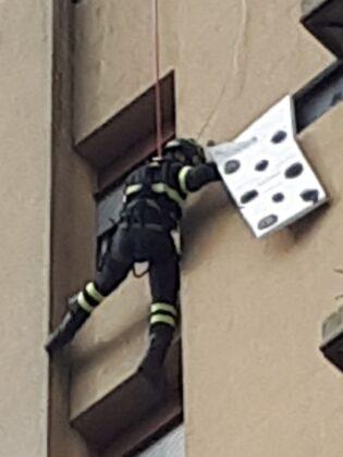Pomezia, pannelli pericolanti: intervento in alta quota dei Vigili del Fuoco (FOTO)