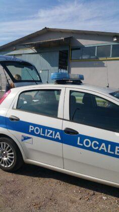 Ardea, agenti intervengono per un incidente e nell'auto (senza conducente) scoprono refurtiva rubata a una vedova di 86 anni: è caccia ai ladri