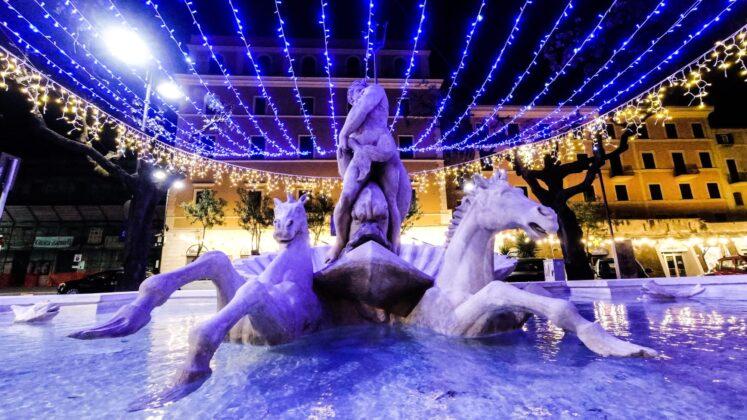 Nettuno si illumina per il Natale: accese le luminarie nei punti più caratteristici della città (FOTO)