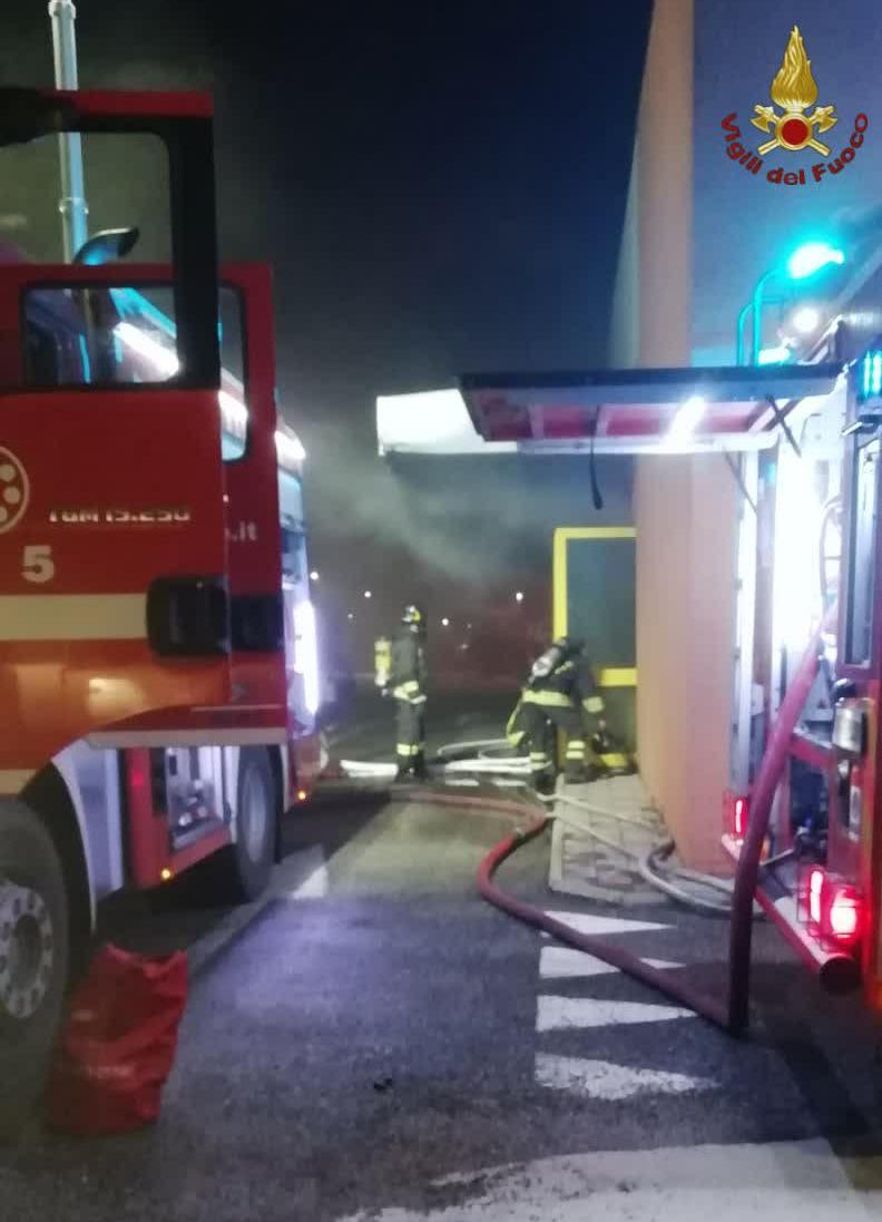 Fiamme nella notte ad Acilia: grosso incendio al supermercato Eurospin (FOTO)
