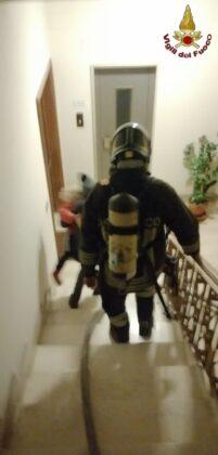 Paura a Roma, appartamento divorato dalle fiamme: inquilini salvati dai vigili del fuoco (FOTO)