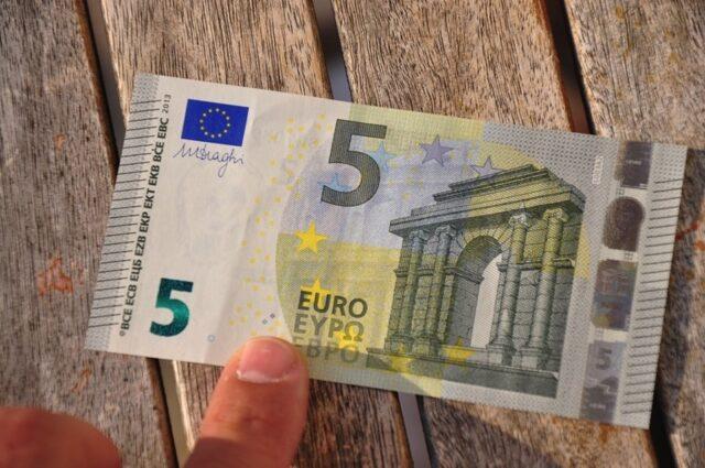 Roma. Prima perde il lavoro, poi i suoi ultimi 5 euro che servivano a fare la spesa: il quartiere si mobilita per aiutare un uomo e suo figlio