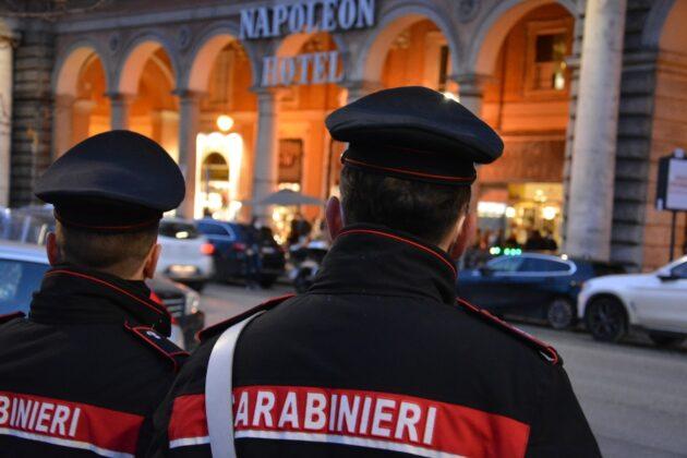 Roma, controlli a Piazza Vittorio: sorpresi a bere in strada e senza mascherina, scattano le multe