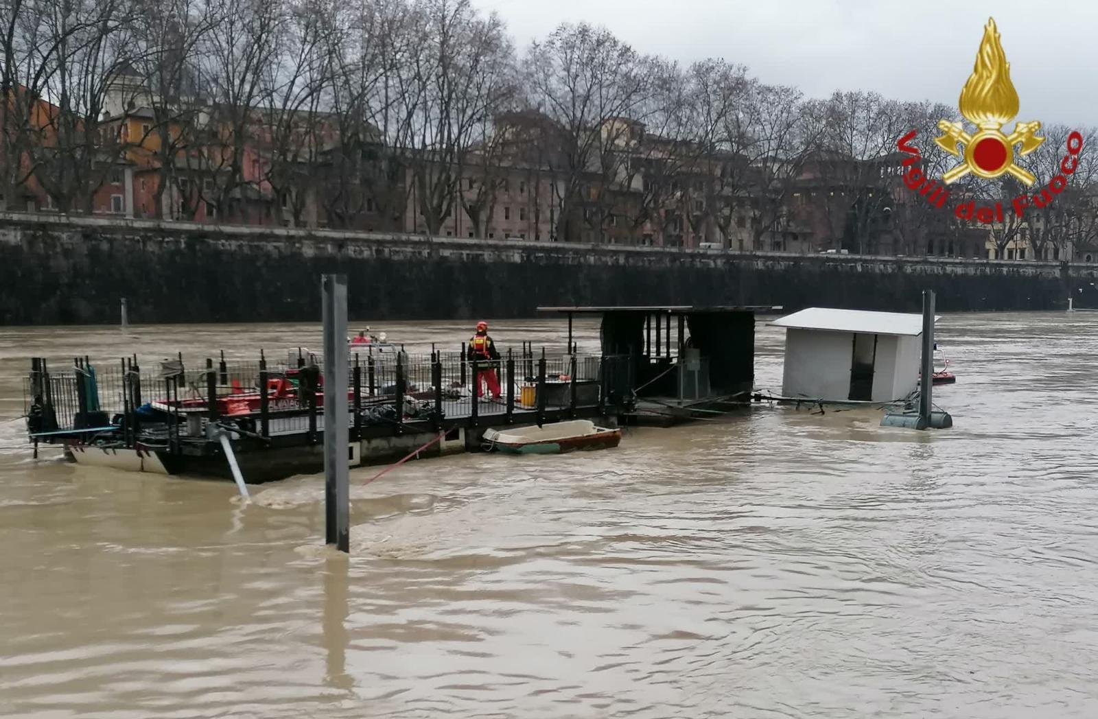 Maltempo Roma: piena del Tevere, piattaforme galleggianti rischiano di affondare e di staccarsi dagli argini (FOTO)
